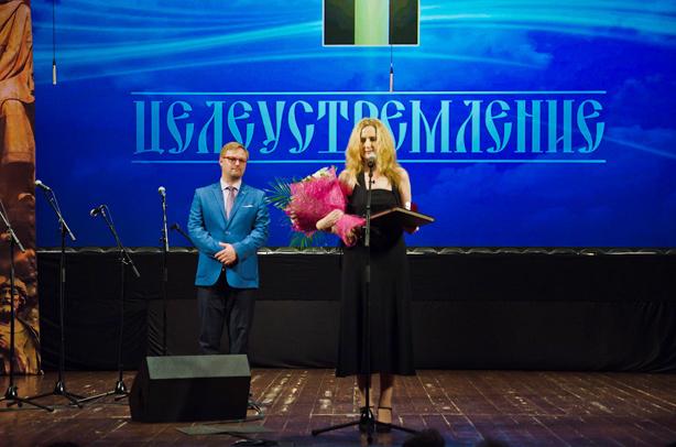 Номинация «Целеустремление»: Лариса Георгиевна ХашушВручает премию Богатырёв Сергей Евгеньевич