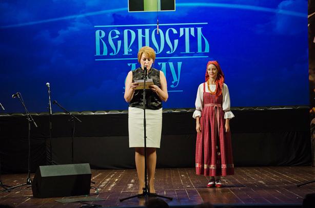 Вручает премию Пантелейчук Мария Николаевна